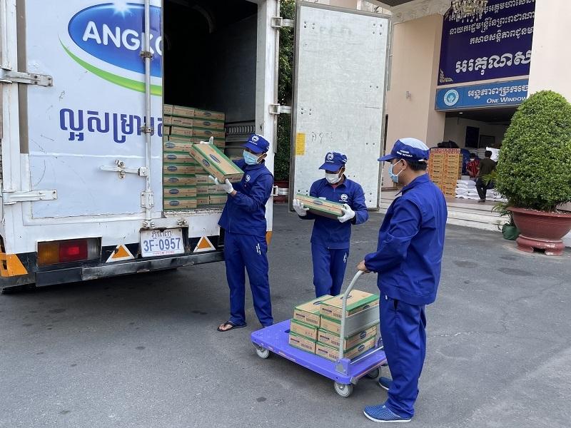 Công ty con của Vinamilk hỗ trợ sữa cho người dân và trẻ em 'vùng đỏ' Campuchia