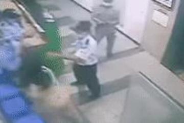 Clip hot: Người phụ nữ xô xát với bảo vệ chung cư vì bị nhắc đeo khẩu trang