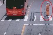 Clip CSGT đứng nghiêm chào đoàn xe chở y, bác sĩ về Bắc Giang chống dịch gây xúc động