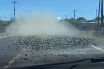 Đá tràn từ thùng xe tải xuống đường, tài xế chạy sau hú hồn phanh gấp