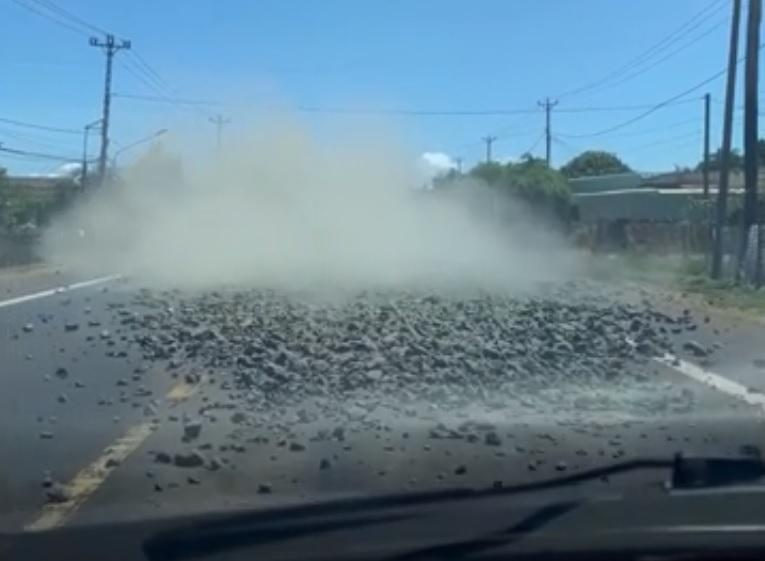 lập biên bản,xử phạt,lái xe,đổ đất đá trên đường,Gia Lai,Công an,Cục CSGT