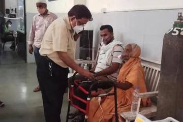 Cụ bà 76 tuổi mắc Covid-19 mở mắt òa khóc khi sắp bị đưa đi hỏa táng
