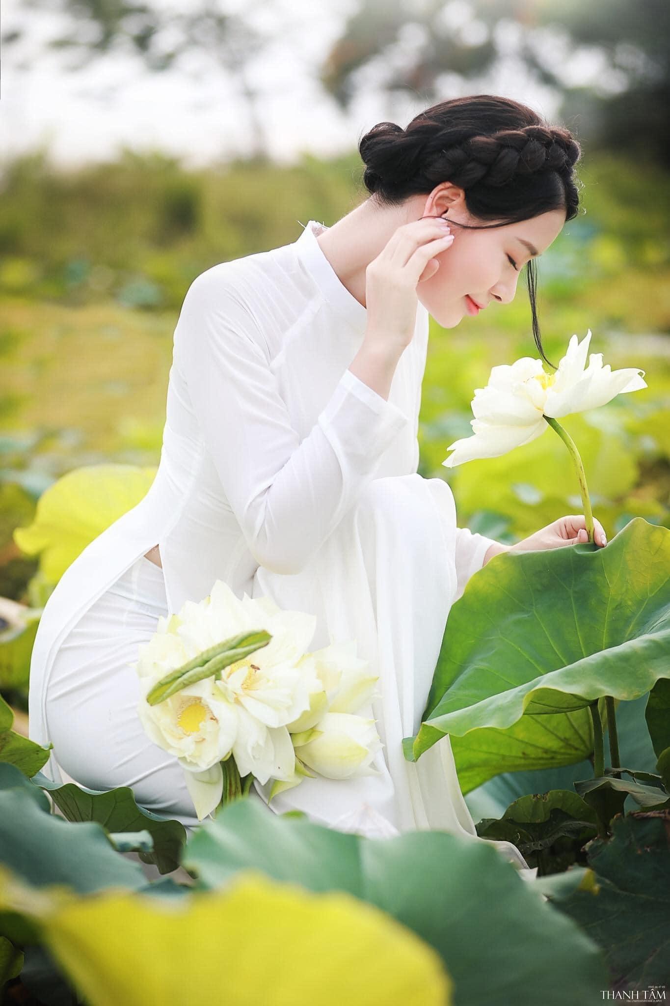 """Chụp ảnh với hoa sen như các """"nàng thơ"""" đang """"đốn tim"""" cộng đồng mạng"""