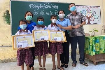 Tuyên dương 3 học sinh nhặt được 42 triệu đồng đem trả lại người đánh mất