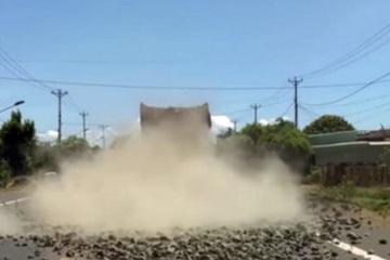 Tài xế xe chở đá làm đổ trên đường ở Gia Lai bị CSGT phát hiện, buộc quay lại dọn dẹp mặt đường