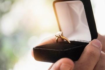 Cô gái 'tức tối' vì chiếc nhẫn đính hôn bằng kim cương đáng thất vọng