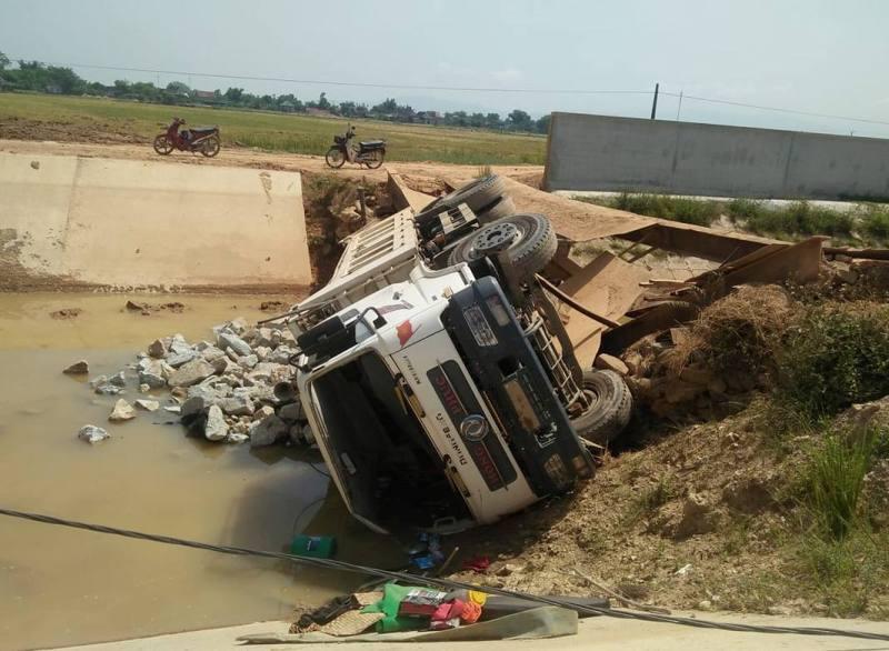 Hà Tĩnh: Xe chở đá của doanh nghiệp làm gãy cầu tạm, rơi xuống kênh Ngàn Trươi