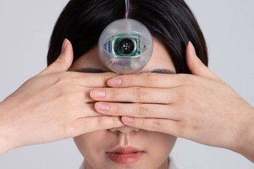 Vừa đi bộ vừa dùng điện thoại, thiết bị độc lạ sẽ giúp bạn không lo bị ngã