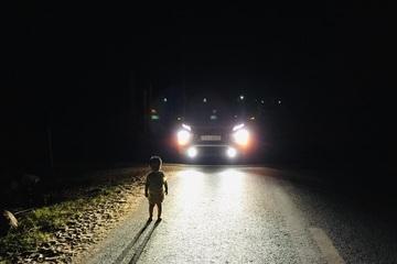 """Tài xế gặp em bé 2 tuổi lang thang lúc 1h sáng: """"Tôi không sợ cướp, lương tâm không cho phép bỏ qua"""""""