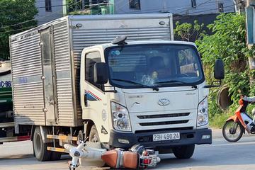Phóng xe máy lao thẳng vào ô tô tải, 2 học sinh nguy kịch