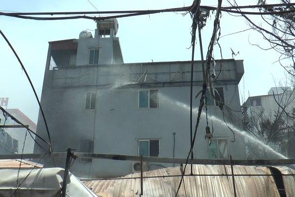 Cháy quán bia ở Hà Nội lúc giữa trưa, nhiều tài sản bị thiêu rụi