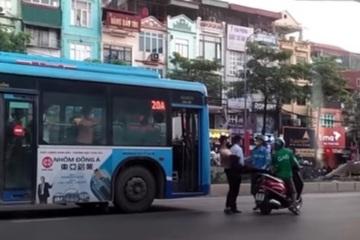 Phụ xe bus Hà Nội cởi áo, lao xuống đạp người chạy xe máy: Chỉ 'trúng nhẹ'