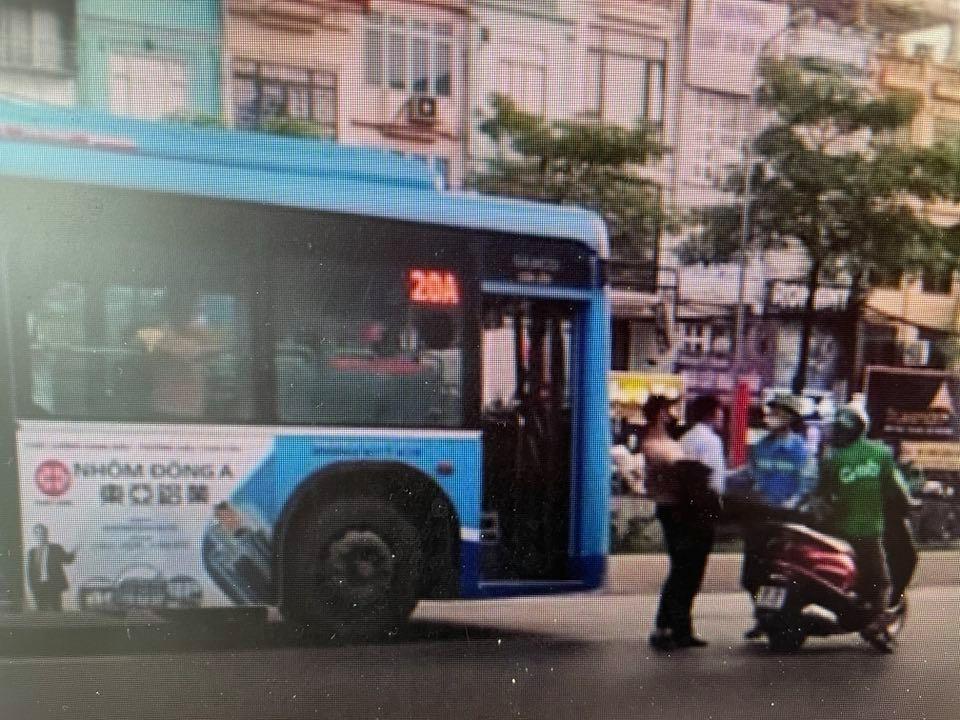 Phụ xe bus,Hà Nội,cởi áo,đạp,người chạy xe máy