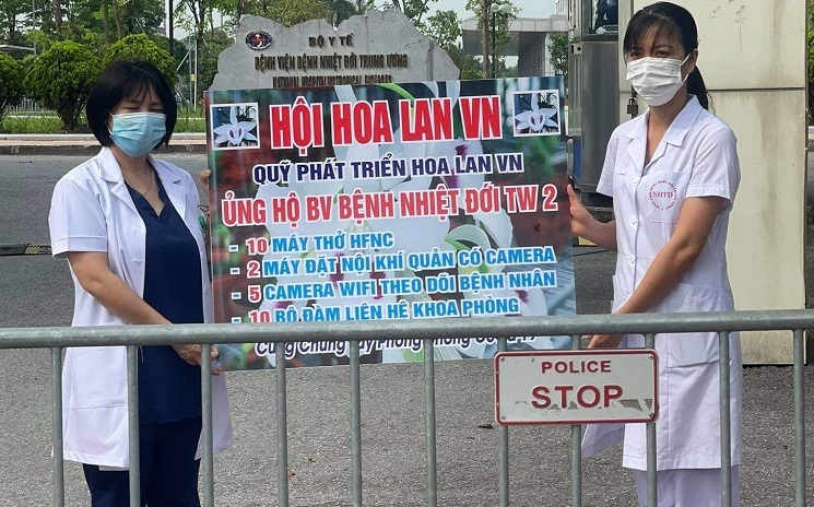 Quỹ phát triển hoa lan Việt Nam tặng 10 máy thở cho Bệnh viện Bệnh nhiệt đới Trung ương