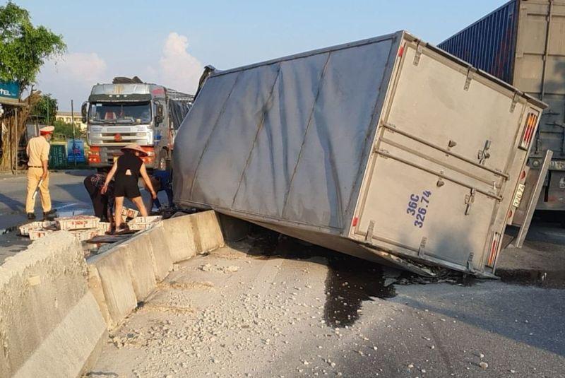 Land Cruiser 'đụng' xe tải, cả hai méo mó biến dạng nặng