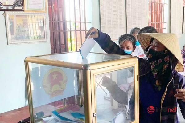 Cử tri 106 tuổi xứ Nghệ phấn khởi đi bầu cử