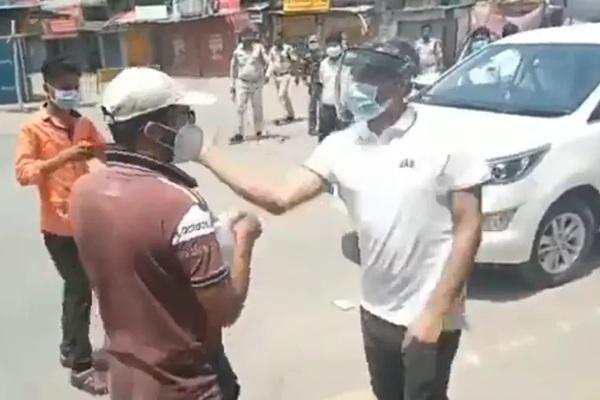 Quan chức Ấn Độ mất chức vì tát và đập điện thoại của người vi phạm lệnh phong tỏa