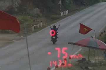Buông 2 tay chạy xe máy, tài xế bị phạt hơn 8 triệu đồng