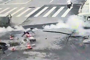 Nổ hố gas giữa đường, hất tung 4 người lên không trung
