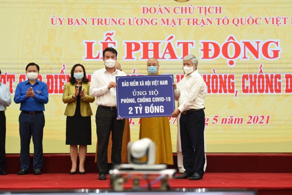 BHXH Việt Nam trao tặng 2 tỷ đồng cho quỹ chống dịch Covid-19