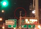 Cô gái mặc quần đùi trèo cột đèn cao 8m khiến dân mạng khó tin