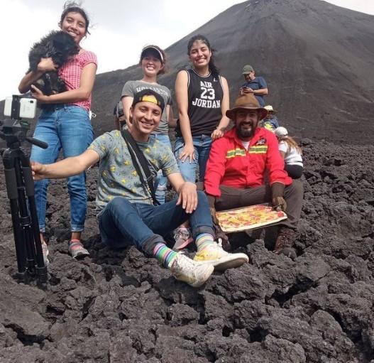 Bánh pizza nướng trên núi lửa thách thức mọi thực khách