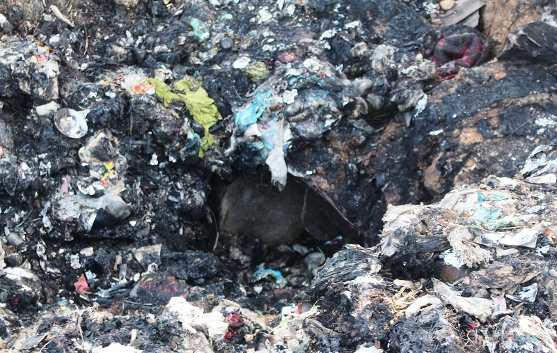 Người dân bức xúc vì nước đen kịt từ bãi rác chảy thẳng ra đồng ruộng