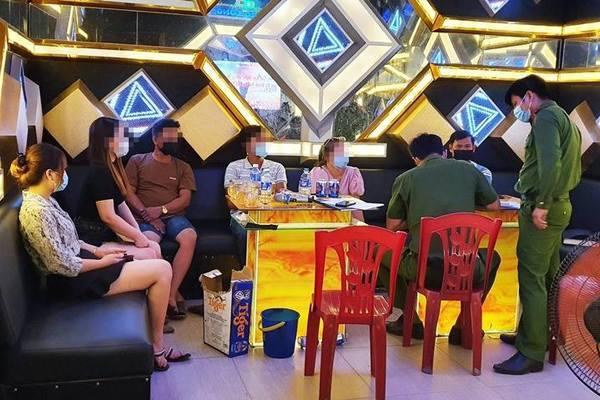 6 vị khách cùng chủ quán bị phạt 15 triệu vì hát karaoke giữa mùa dịch