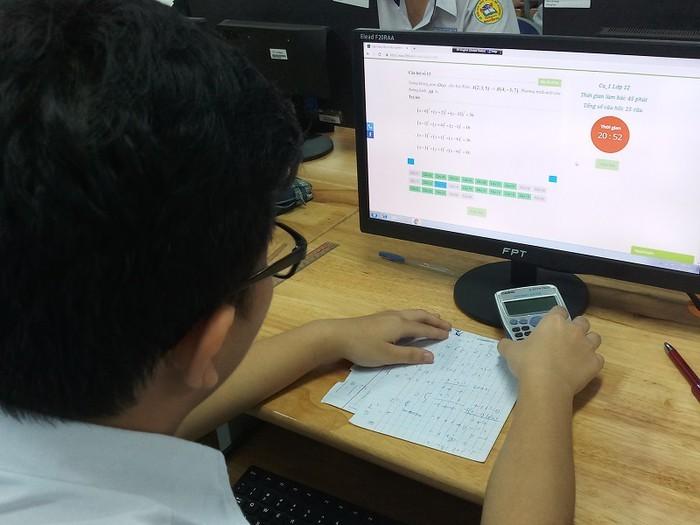 Học sinh lớp 12 Hà Nội thi học kỳ trực tuyến: 10 phút đầu tiên chưa tải được đề thi, cả nhà bối rối!