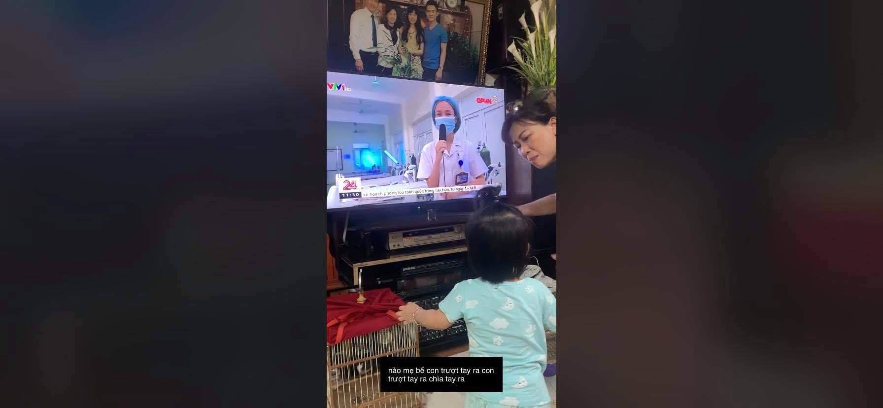 Xúc động clip bé gái khóc nấc đòi mẹ trên tivi: Thương các chiến sĩ áo trắng nơi tuyến đầu chống dịch!