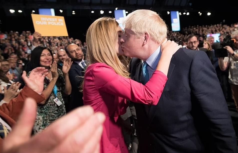 Thủ tướng Anh 'khoe' ảnh cưới lần thứ 3