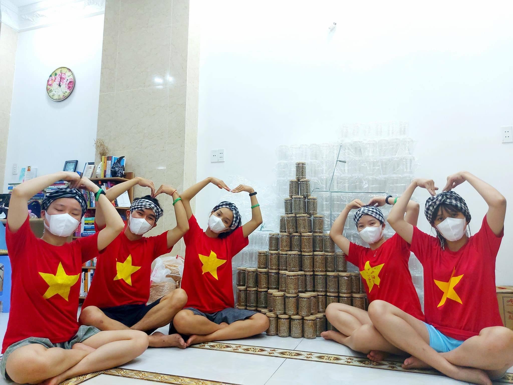 Nhóm bạn trẻ cẩn thận làm 1.000 hũ muối mè đậu phộng gửi đến Bắc Giang