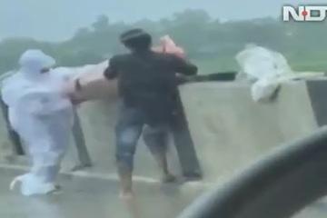 Bắt quả tang 2 người thả thi thể bệnh nhân Covid-19 xuống sông ở Ấn Độ
