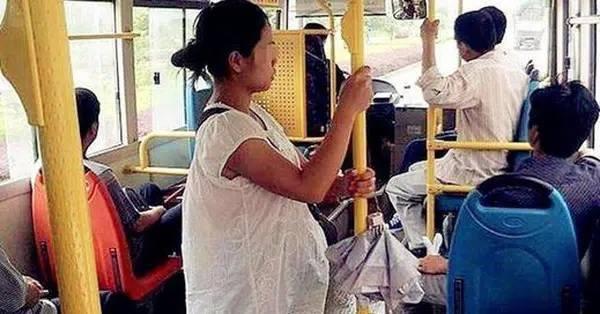 Thanh niên không nhường ghế cho bà bầu trên xe bus: Dân mạng tranh cãi ỏm tỏi vì sao?