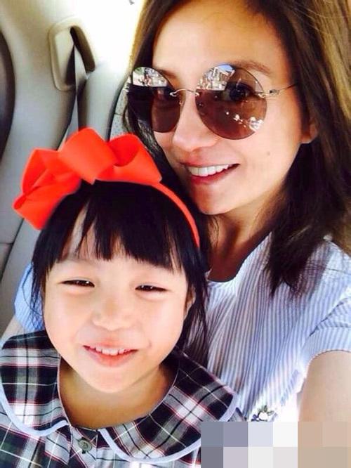 Con gái Triệu Vy ủng hộ tiền tỷ làm từ thiện, còn con cái Angelina Jolie tới tận châu Phi cứu giúp người nghèo