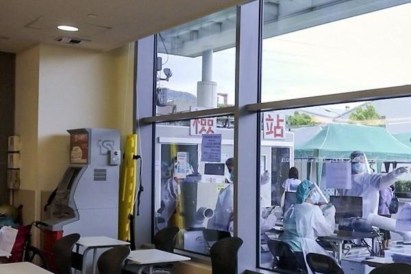 Đòi xuất viện không được, bệnh nhân Covid-19 cầm dao tấn công 3 y tá
