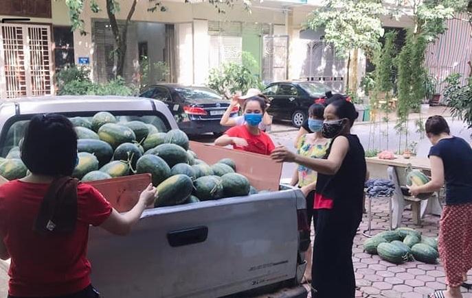 Hàng nghìn chai nước ép dưa hấu gửi vào cho y bác sĩ trong tâm dịch Bắc Giang