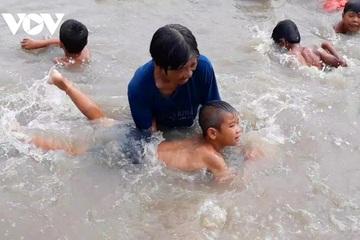 Cụ bà 63 tuổi dạy bơi miễn phí cho hàng ngàn trẻ em được Forbes Việt Nam vinh danh