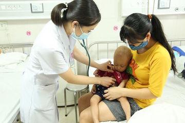 Trẻ 2 tuổi nặng 6,9kg, không tự nhấc được đầu do mắc bệnh hiếm gặp