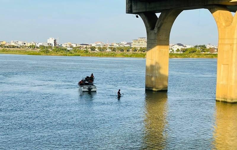 Đà Nẵng: Suốt đêm tìm kiếm nam sinh lớp 9 đuối nước, mất tích trên sông Cẩm Lệ