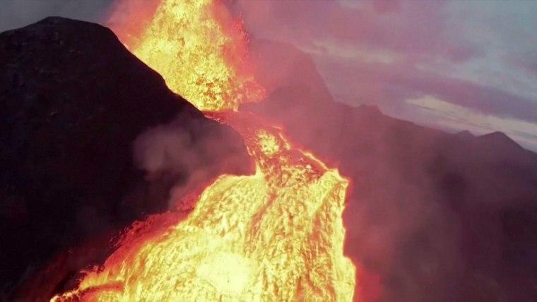 Máy bay không người lái ghi hình núi lửa đang phun trào và cái kết bất ngờ