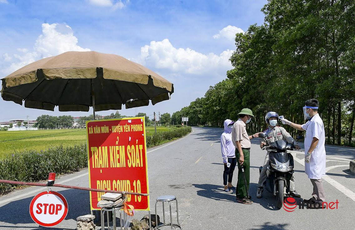 Hà Nội: Dựng rào, đổ đất chặn đường để chống dịch