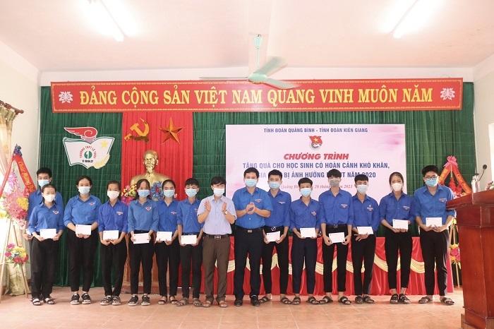 Quảng Bình: Trao quà hỗ trợ học sinh có hoàn cảnh khó khăn