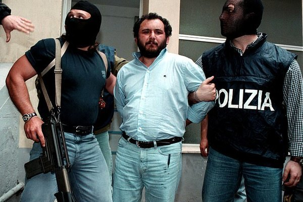 Trùm mafia nhúng tay vào hơn 100 vụ giết người chỉ phải đi tù 25 năm