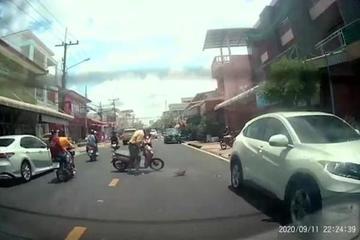 Mải lướt điện thoại, người lái xe máy đâm sầm vào đuôi ô tô