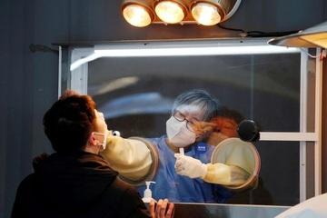 Không cần mặc đồ bảo hộ nóng bức, nhân viên y tế vẫn thoải mái lấy mẫu xét nghiệm Covid-19