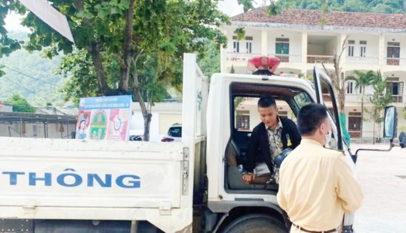 Bị hỏng xe giữa đường, nam sinh được CSGT chở đến điểm thi kịp thời