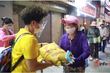 Chị chủ quán ngan tốt bụng ở Hà Nội phát gạo, tiền cho người khó khăn