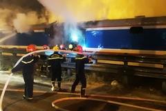 Tàu hỏa bốc cháy dữ dội khi đi qua Đà Nẵng