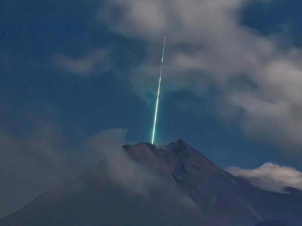 Ánh sáng xanh bất thường phát sáng trên miệng núi lửa Indonesia